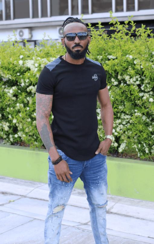 illustration T-shirt manches courts noir vue de face avec jeans